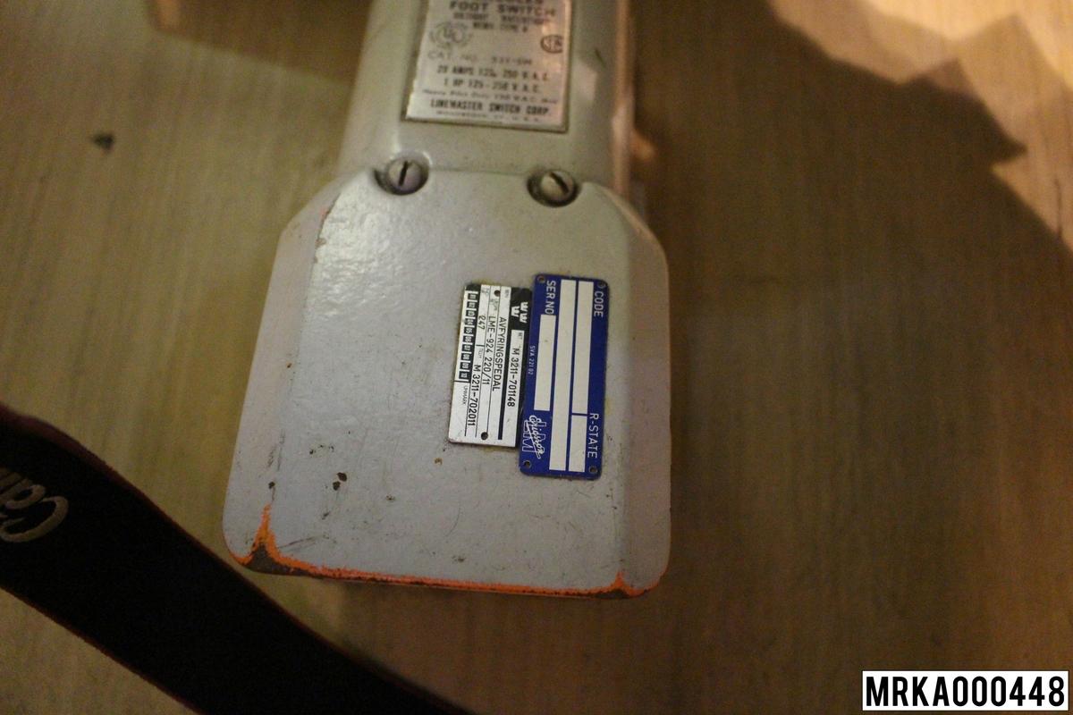 Med laserpedalen manövrerar operatören avfyrning av lasern. Antingen ett laserskott i sänder eller om operatören håller pedalen helt nertryckt kontinuerlig avfyring. Laserpedalen är försedd med en skyddskåpa och en spärr som tillsammans förhindrar ofrivillig avfyring. Laserpedalen sitter under målföljare A.  Modell: Hercules Foot Switch Typ 4 Ursprungsbenämning: Avfyringspedal Ursprungsbeteckning: LME-924220/11