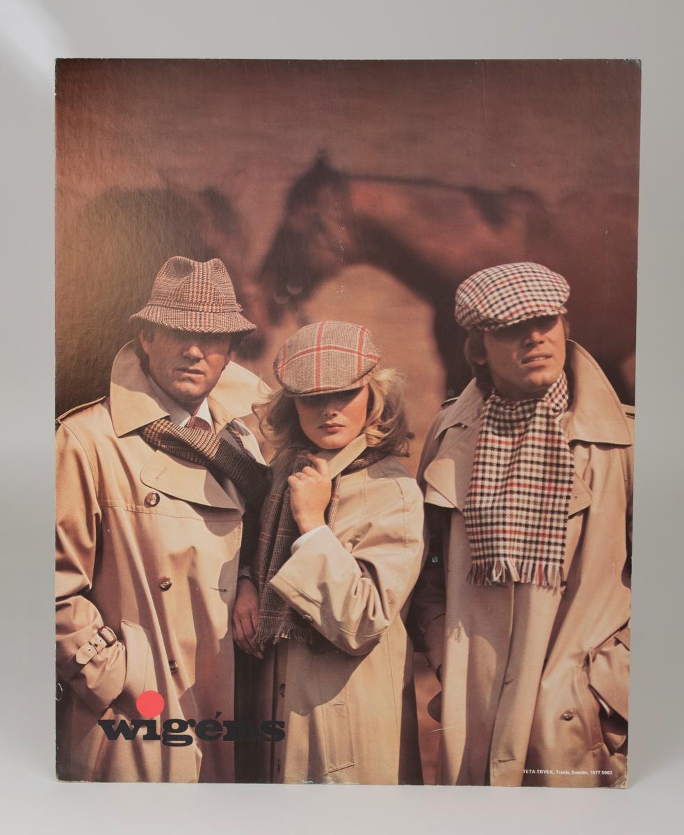 Reklamskylt i form av ett färgfotografi monterat på papp. Tvä män och en kvinna är klädda i halsduk, hatt, keps och trenchcoat. På baksidan finns en flik att vika ut så att skylten står. Skylten kan också hängas.