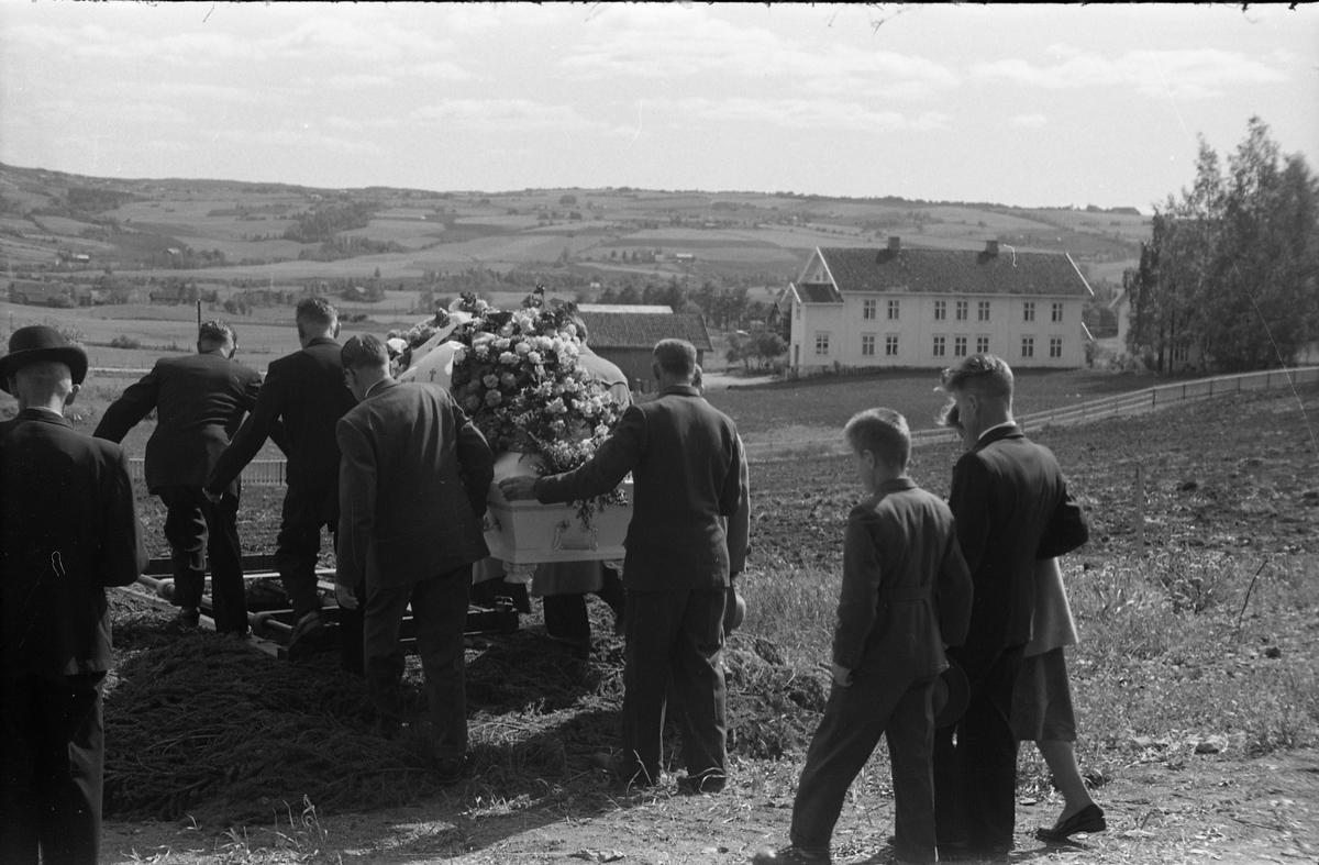 Begravelse ved Hoff kirke juni 1955. Serie på 9 bilder, der de første viser prosesjonen fra gravkapellet il grava, de øvrige ved grava. Kun de to som går først i prosesjonen er identifisert: Presten som trolig er Finn Sommer, og kirketjener Pål Rødset.