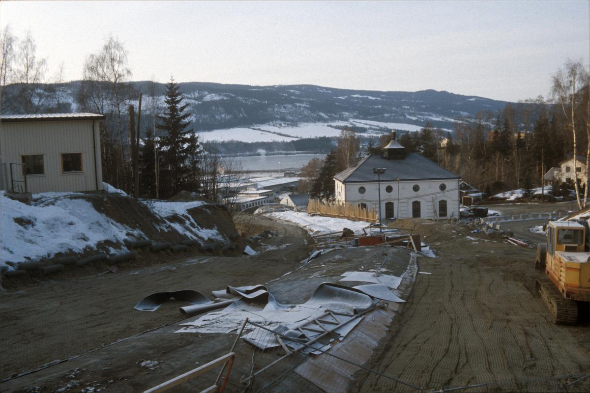 Lillehammer. Mesnadalsvegen under anlegg. Midt i bildet ses tidligere Mesna kraftstasjon, nedre del.  Utsyn mot vest.