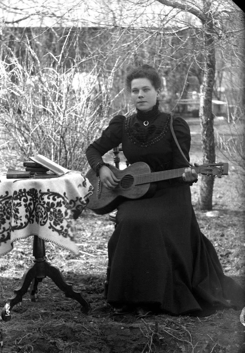 Flicka med gitarr.Jenny Söderkvist