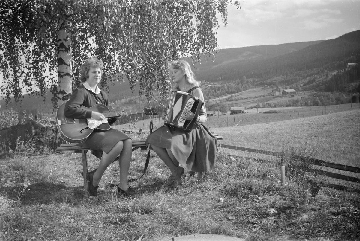 Randi Stormoen og Astrid Børresen med gitar og trekkspill i Vestringsvegen 208, Østre Gausdal
