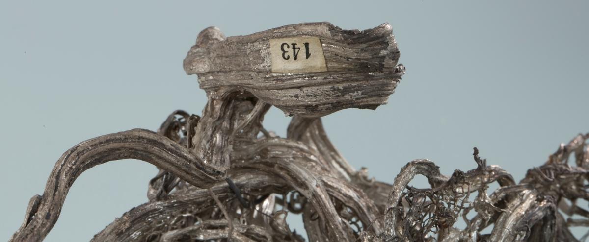 Etikett 143 En bit ser ut til å ha falt av Vekt, stor stuff: 445,05 g Vekt liten bit: 7,61 g Størrelse: 25 x 14 x 13 cm
