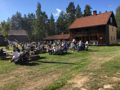 Folk på tunet, Odalstunet, Liv i stuene. Foto/Photo