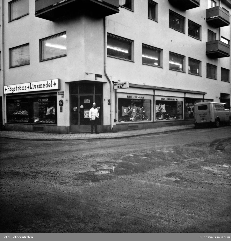Högströms Livsmedel på hörnet Trädgårdsgatan 29 -Torggatan. En svit bilder som visar både exteriör och interiörer. Bild 1 är tagen julen 1965 och personalen står uppradad bakom disken. Fr v Stina Högström, springpojke, Bengt Högström, kokerska, Siv Moberg samt okänd dam. Bild 2 visar butiken utifrån med butiksägaren Bengt Högström vid entrén.