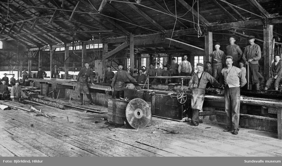 Sågverksarbetare i såghuset vid Karlsviks sågverk.