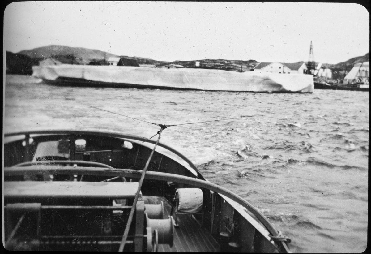 Skipsvrak under slep. Motivet er tatt fra akter på slepeskipet.