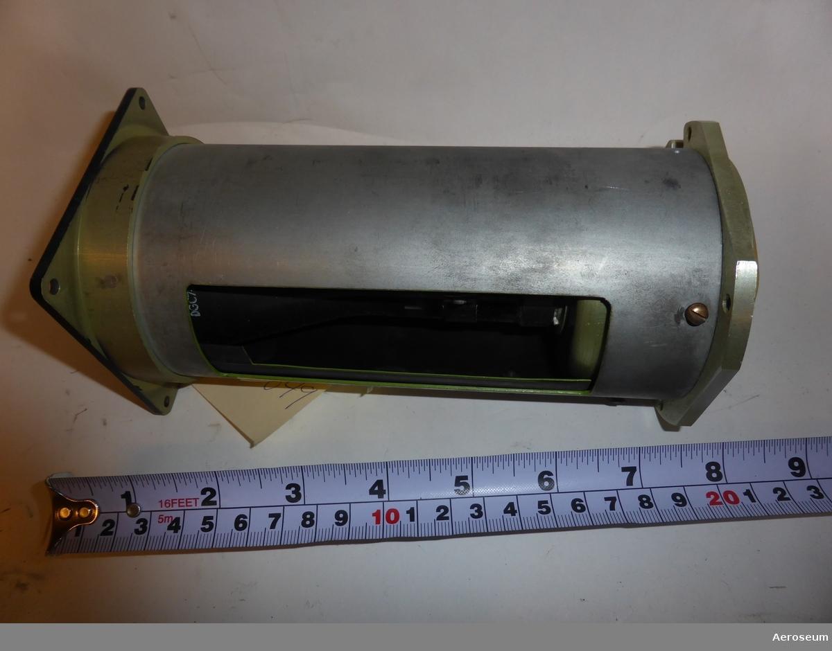 """En kurshorisont för J 29 (Tunnan).  Har en gul papperslapp påtejpad där det står: """"""""J 29 kurshorisont Per Lundberg"""""""