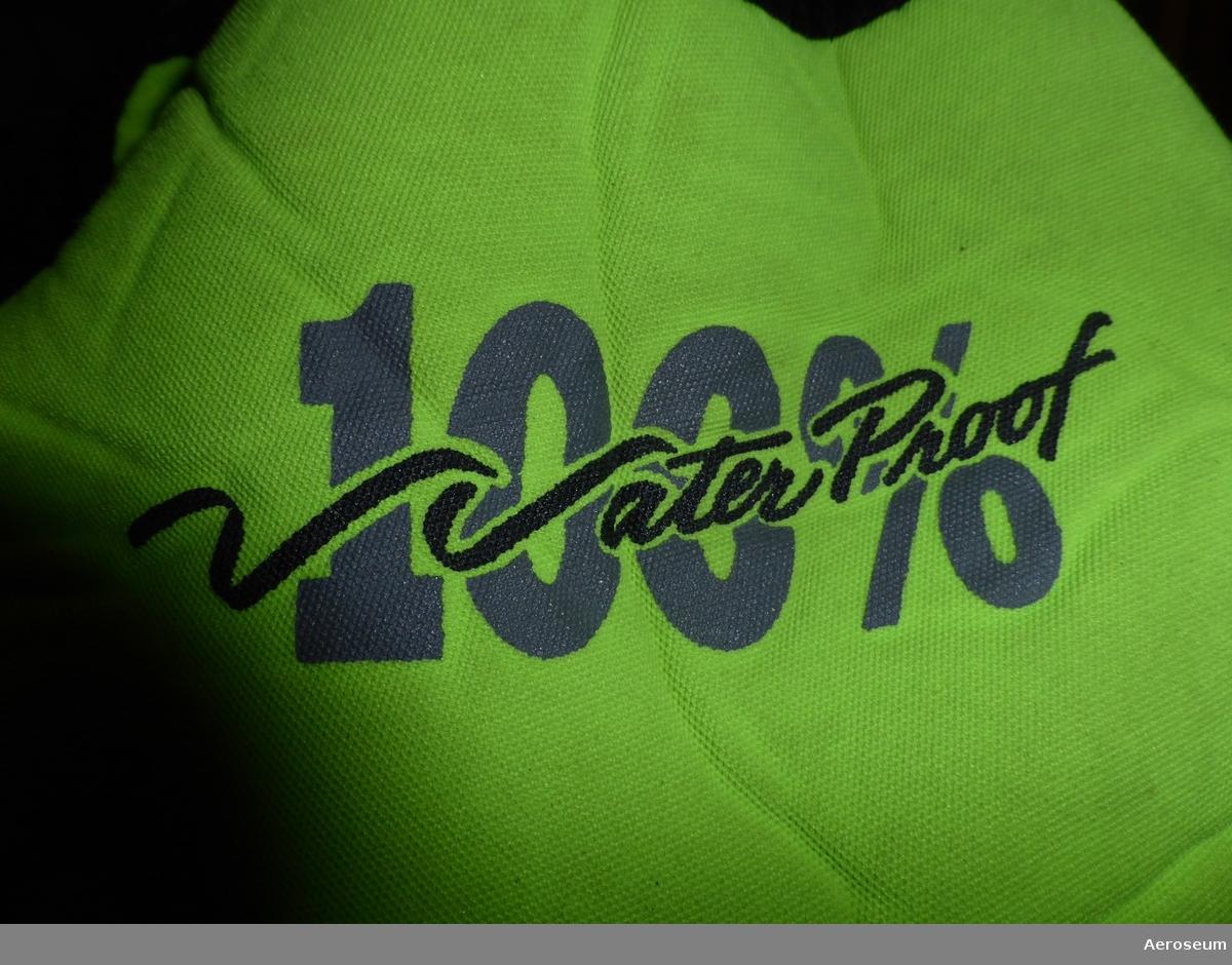 Ytbärgardräkt/torrdräkt som är Neongrön med svarta inslag  Tillverkare: Waterproof Diving AB,   Finns ettiketter där det går att läsa: Made in Thailand.   Det går också att få information på ettiketterna om material: Utsida 100% polyester. Isolering Neoprengummi 100%, foder Nylon 100%. Mtl 28cm.   Märkt med SEL (Står för Sellbrant). Säkerhetsmärkning: CE0403. Försedd med reflexer.