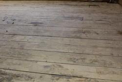 Gulvene fra 1700-tallet kommer frem igjen. Her er de høvlet og satt inn på ny. Et kuriosa er bordene er i hele rommets lengde.