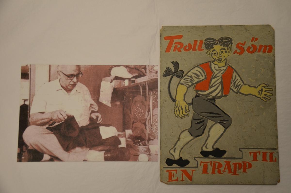 Plakat fra Dickmans skredderfirma, Troll-søm, i Oslo. Et troll som går oppover en trapp. Tekst: Troll-søm, en trapp opp.