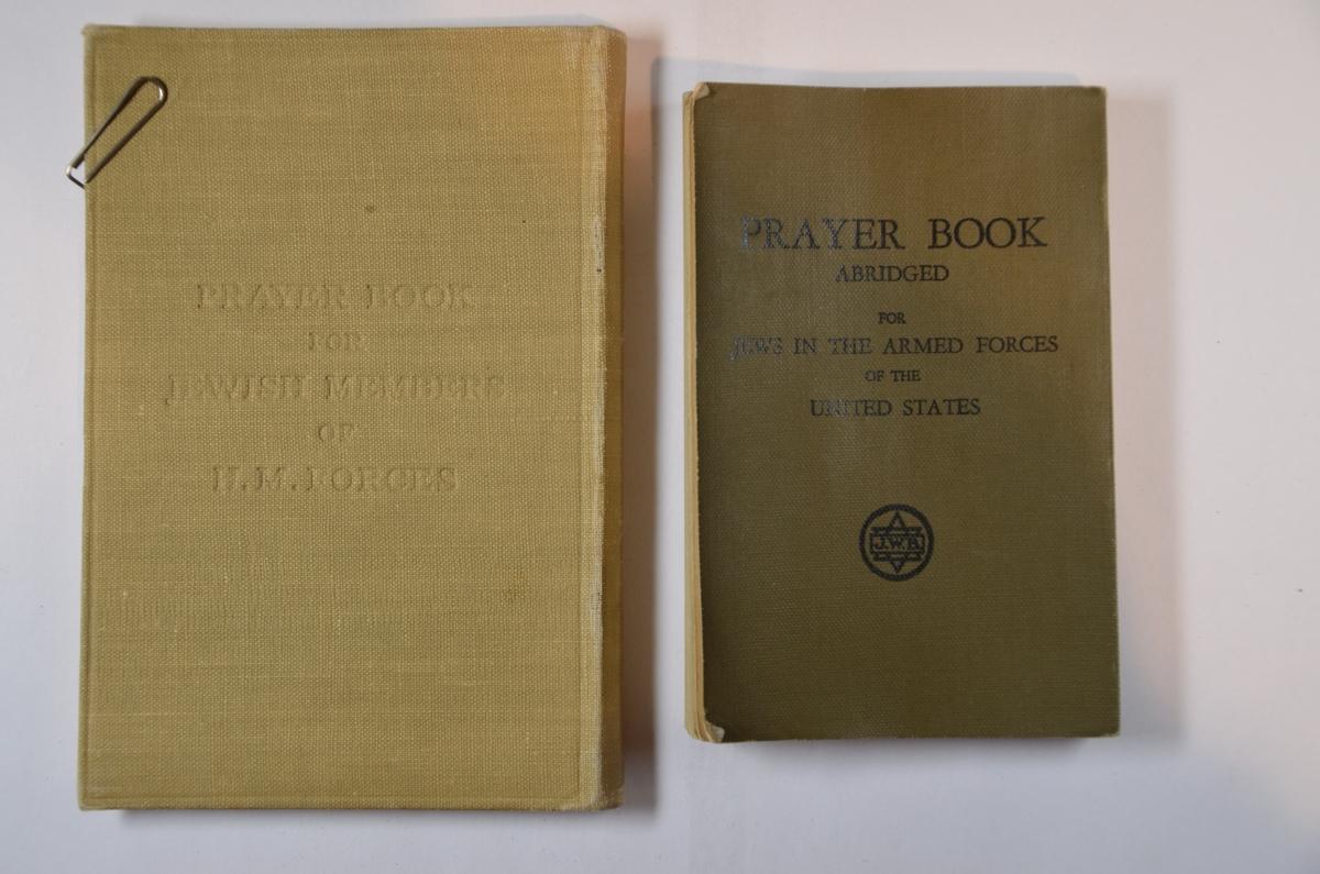 Brukt av jødiske soldater i det amerikanske og engelske militæret under andre verdenskrig. Grønn innbinding, engelsk og hebraisk skrift.