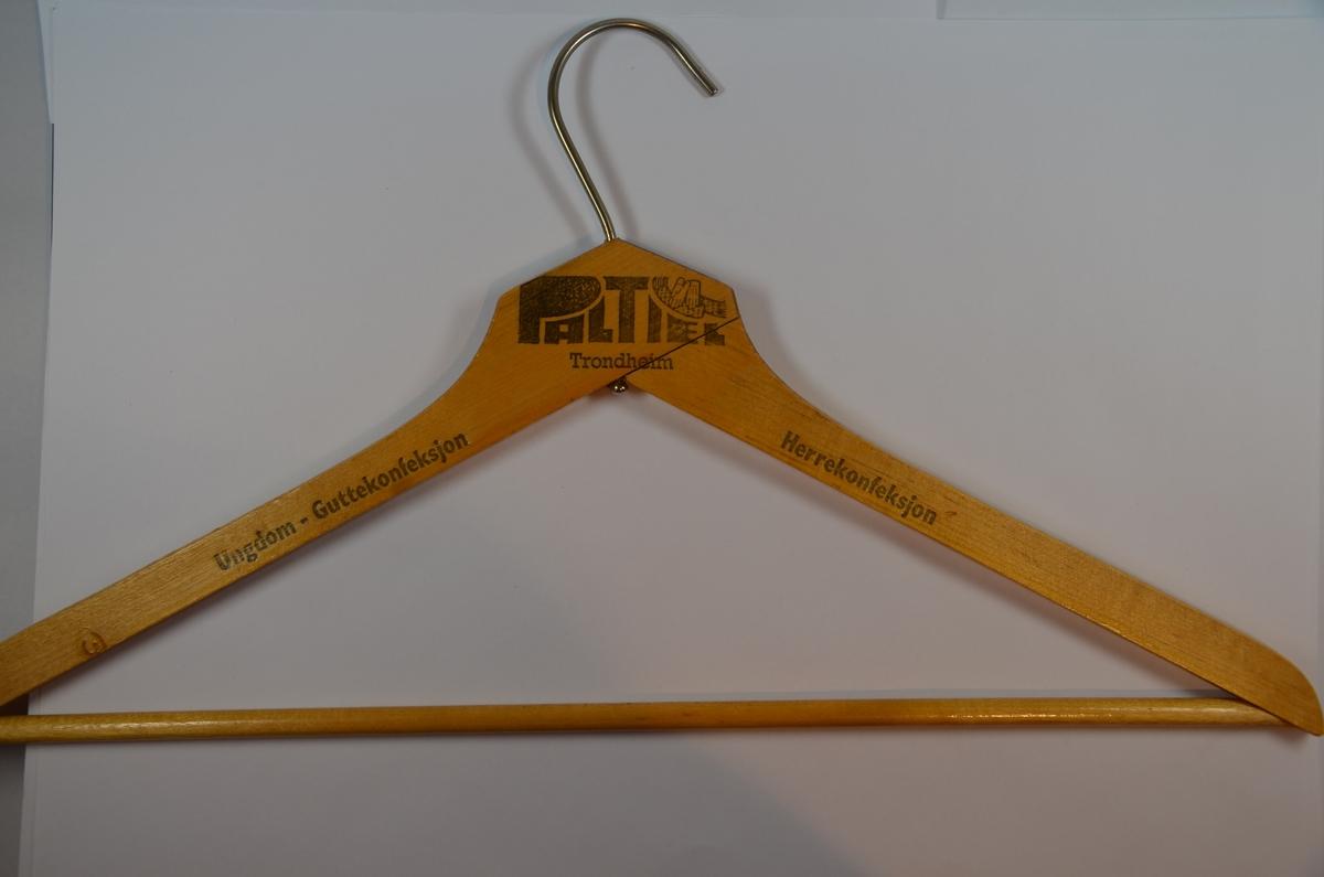 Kleshenger av tre med tverrstang til bukse og med bøyle av jern.