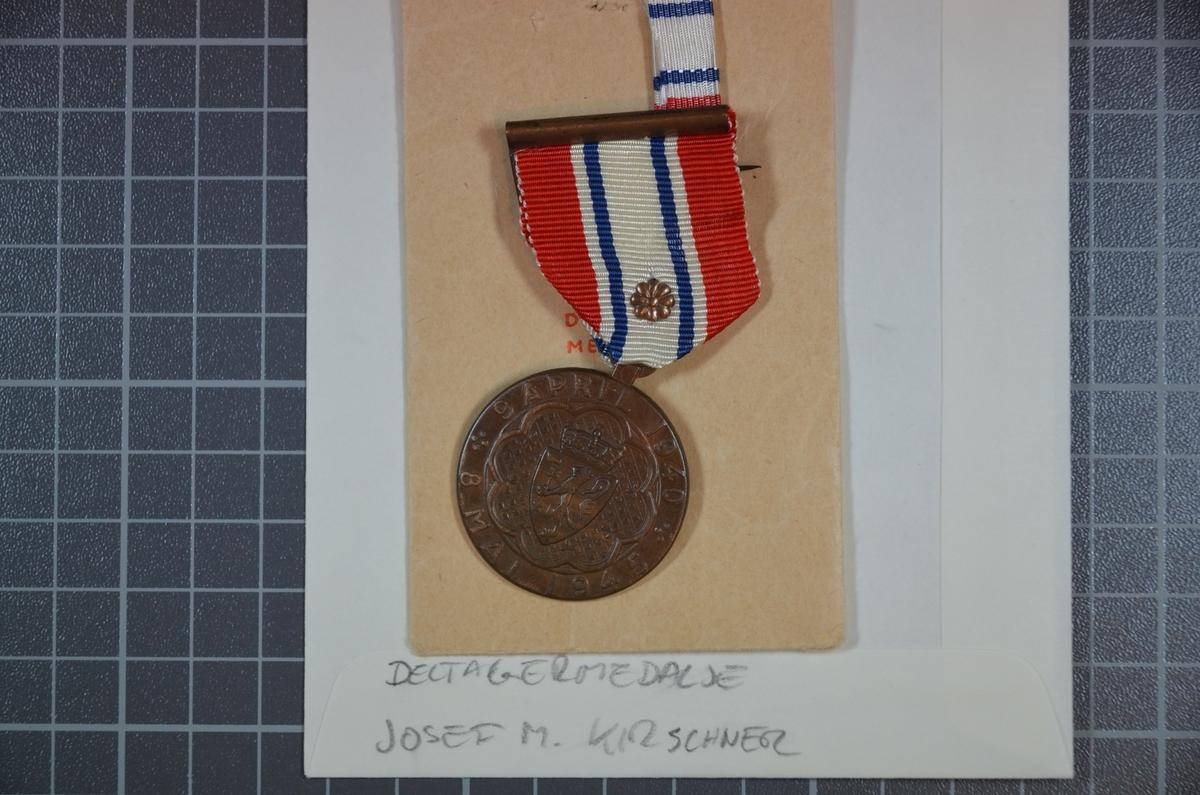 Deltagermedaljen er i original tildelingspose med ordensbånd som bæres når medaljen ikke bæres.