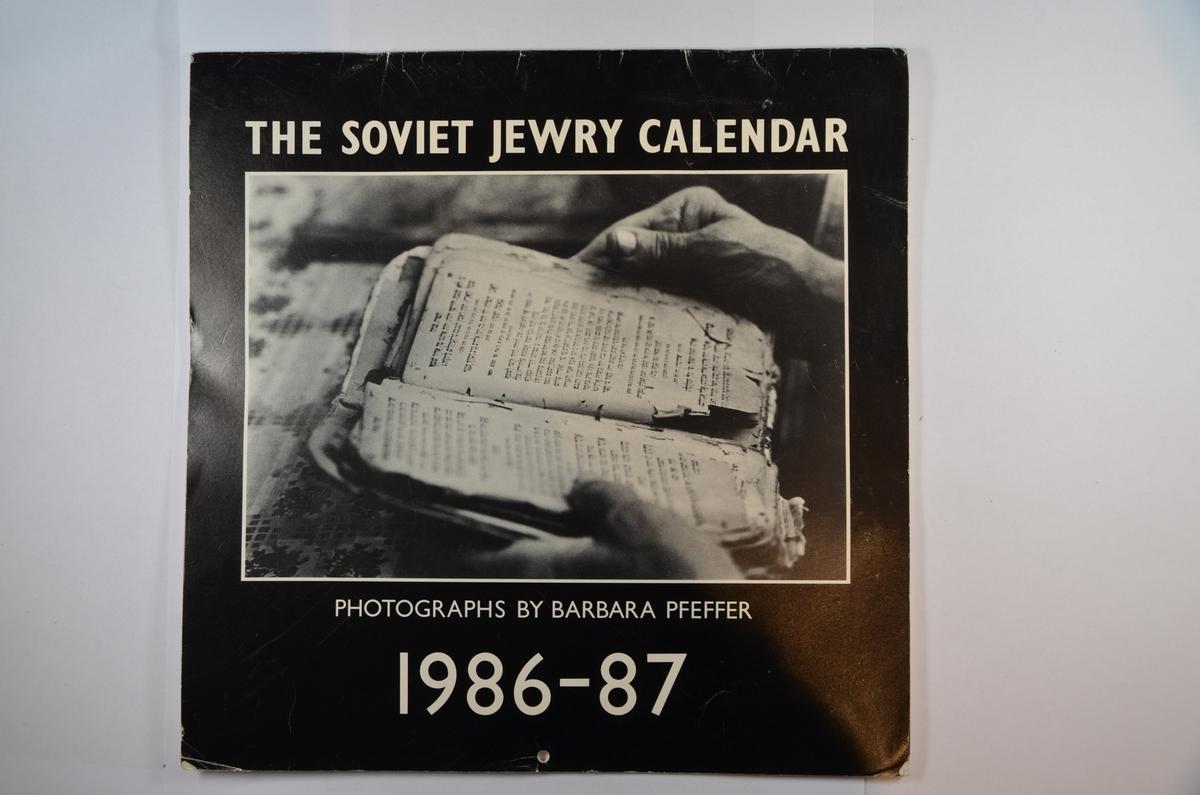 Kalender (oktober 1986 - september 1987) med bilder fra jødiske samfunn i daværende Sovjetunionen. Fotografert og produsert av den amerikanske foto-journalisten Barbara Pfeffer. Under kommunismen ble jøder i daværende Sovjetuinionen systematisk nektet å utøve sin religion. De fikk heller ikke utgi religiøs litteratur. Bøker og/eller litteratur om jødisk historie og kultur var ikke mulig å oppdrive. Tusenvis av sovjetiske jøder søkte om utreisetillatelse til Israel, men ble nektet dette av myndighetene. Denne kalenderen ble i sin tid produsert for å sette søkelyset på nettopp denne problematikken.