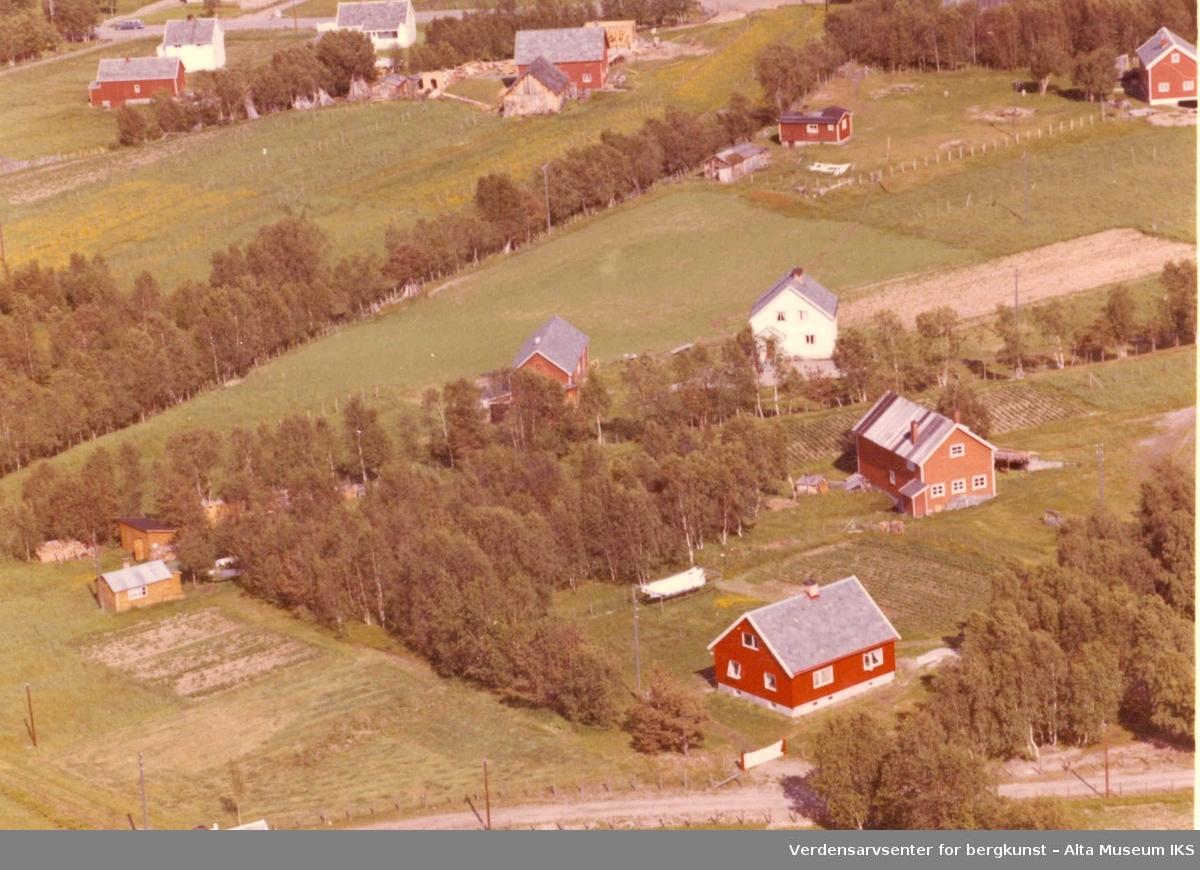 Kronstad, jorder, bolighus, uthus, gårdstun, trær