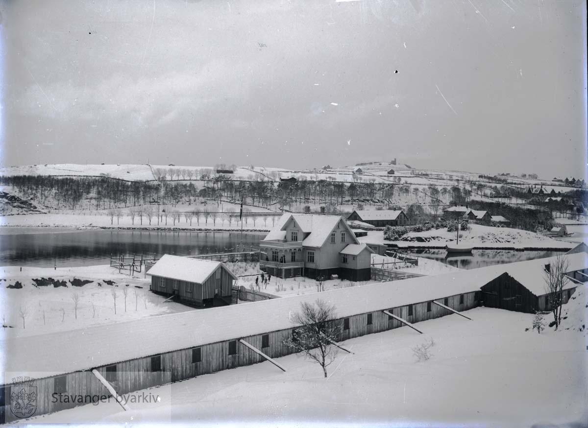 Ved Strømvik. I forgrunnen: Reperbanen og huset som senere ble barnehjem. .Strømvig / Strømvik