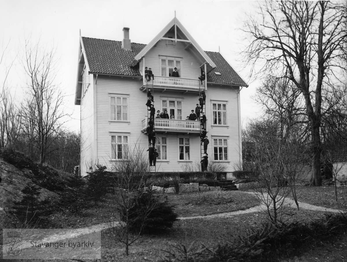 """Sørvik skole på Lindøy med oppstart i oktober 1907. Skolen fikk navnet Stavanger kommunale skolehjem med undertittel """"Lindøen Mildere Skolehjem""""..Bygningen brant i 1946.."""