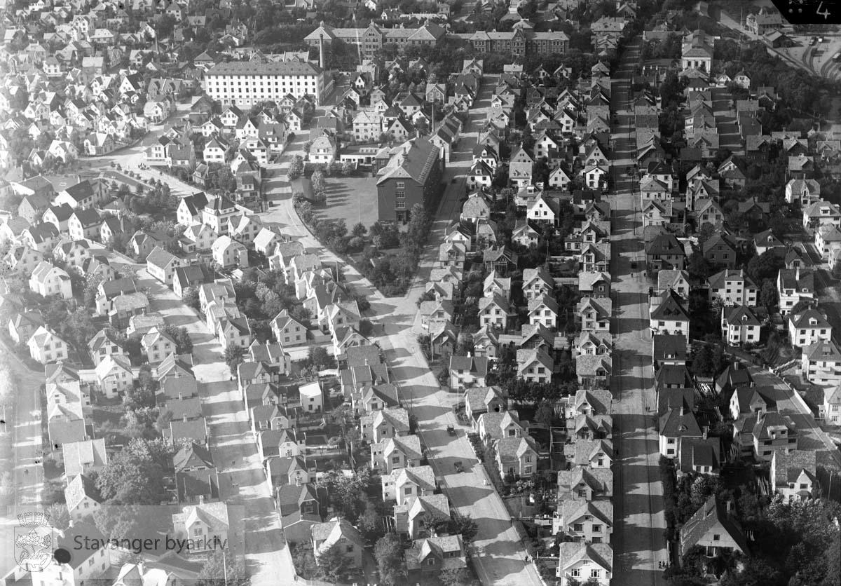 Mot nord..Gateløpene er fra venstre: Magnus Lagabøters gate, Hafrsfjordgata, Rektor Steens gate, Schives gate, Muségata, Vålandsgata. .Tverrgående gater er Biskop Njåls gate, Inges gate, Christian Jacobsens gate, Kaptein Langes gate, Agent Kiellands gate, Grensegata, Sigurds gate, Butlers gate,  Kong Carls gate, Bernhard Hanssons gate, Rosenkrantz gate, Cort Adelers gate, Storgata, Peder Klows gate..I øverste høyre hjørne Lagårdsveien, Kongsgata, Breiavatnet, Jernbanestasjonen..Oppe midt i bildet Våland skole, Frue Meieri, Stavanger Sykehus.