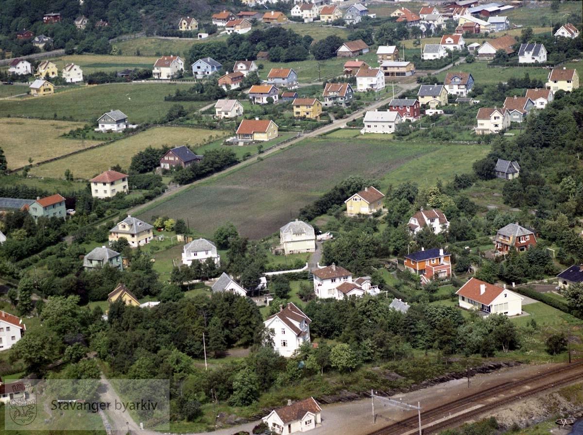 Togstasjonen på Mariero i forgrunnen, husene ligger til følgende gateløp : Marieroalleen , Gandsveien , Bruvikveien , Marierostien , Breiflåtveien , Fagerflåtveien