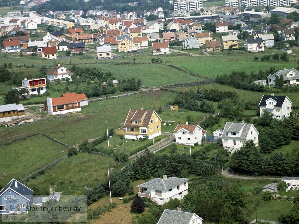 I forgrunnen bebyggelsen til Eikegreina, Eikebergveien, Eikåsveien, Øveråsveien..I bakgrunnen Brattåsveien, blokkene i Bjaalandsgate, Sykehusområdet