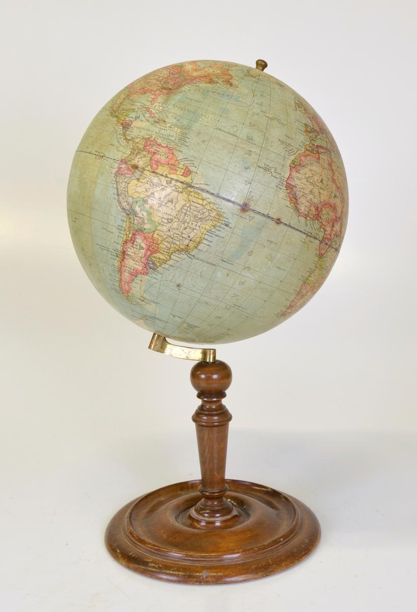 """Jordglob på ställning. Tillverkarnamnet tryckt på globen: """"COHRS JORDGLOB""""."""