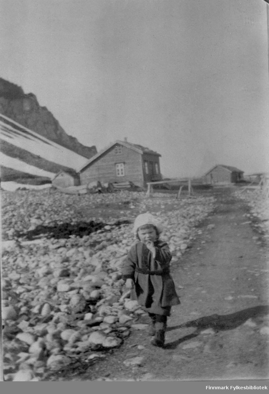 Bildeserien FBib.18017-001-018 har tilhørt Gerd Lund Barbala fra Friarfjord. I notatene står det at dette er tatt i Kjelsvika, Skjøtningberg. Det ser ut til å være tatt på våren, i vårløsningen. Store mengder rullestein ligger langs veien. Barn ukjent. Skjøtningberg er et fraflyttet fiskevær i Lebesby kommune i Finnmark. Det ligger ytterst i Oksefjorden, rundt 10 kilometer nord for kommunesenteret Kjøllefjord.