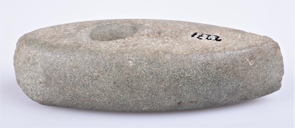 Steinøks med skafthull, nærmest som type Rygh 28, men ikke hvelvet. Funnet på Kjølseth ca 1873.
