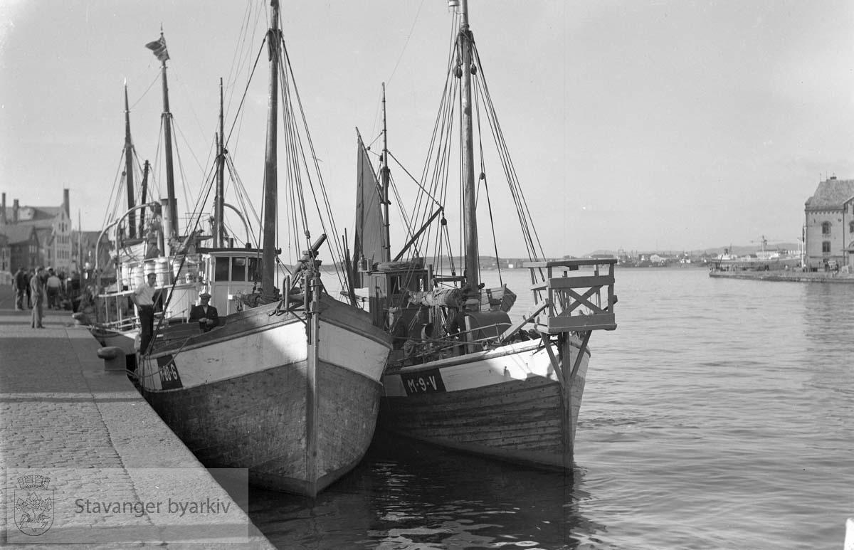 To båter ligger fortøyd ved siden av hverandre.