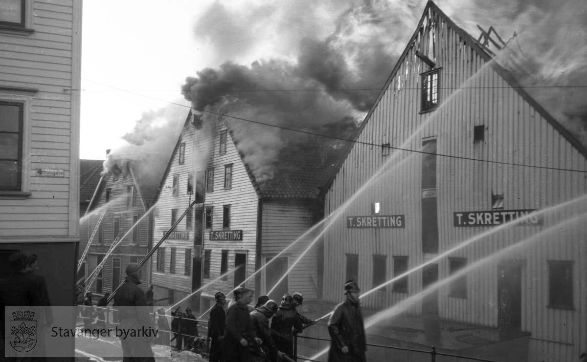 Brann i Stavanger sentrum. Brannmannskap i arbeid..Slukking av T. Skretting sitt bygg.