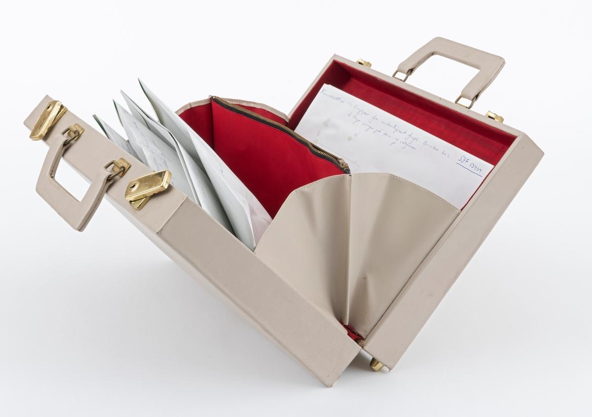 50479f02 Grå koffert 36 cm x 28 cm med fluebindingsmateriell. Kofferten er utstyrt  med to bærehåndtak