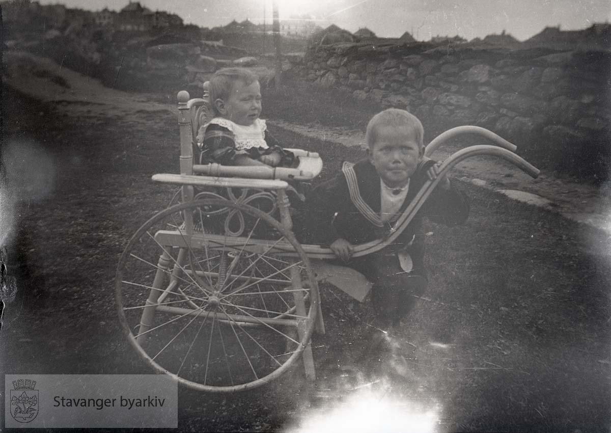To gutter med vogn langs landevei