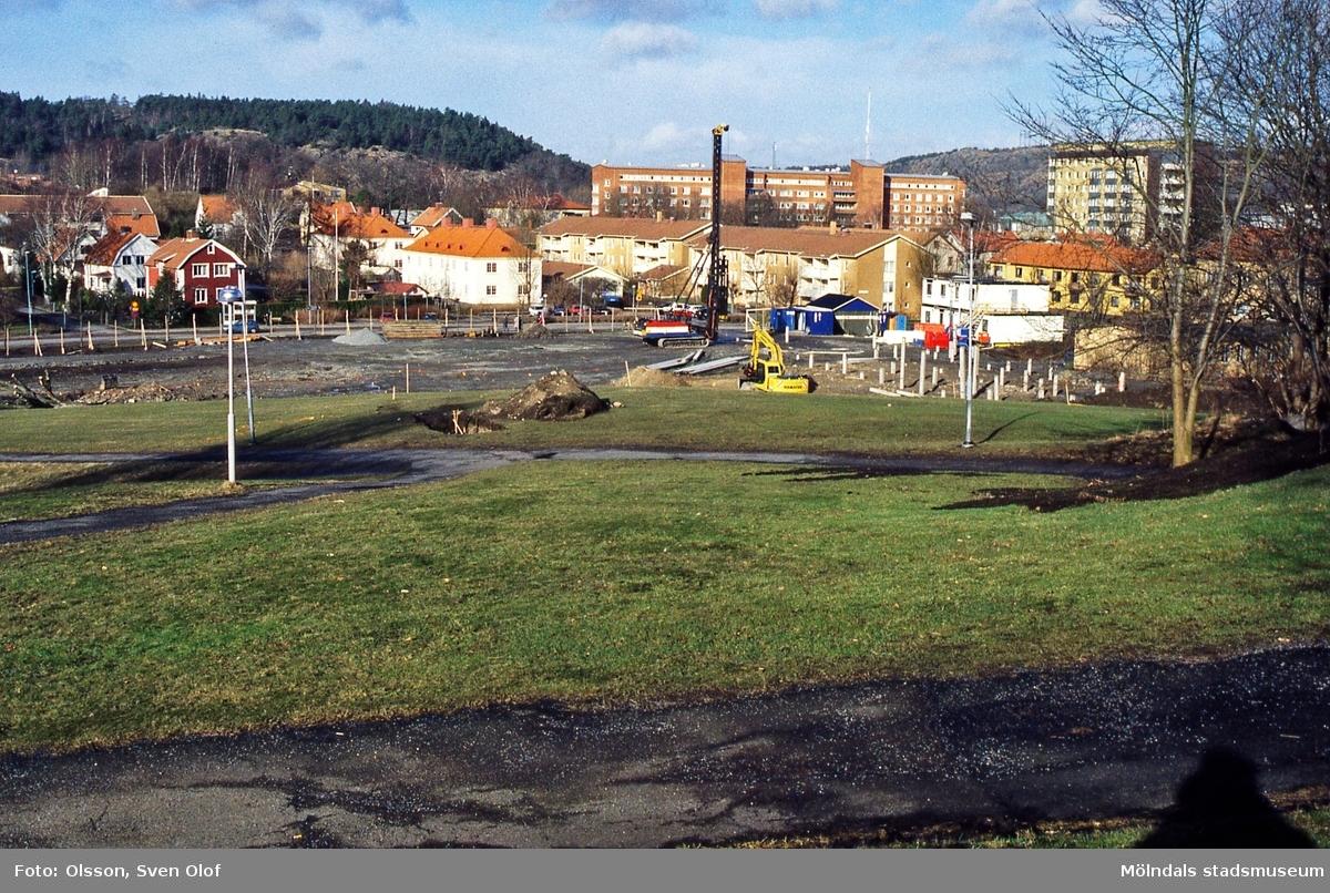 Pålning har börjat för Berzelius servicehus vid Terrakottagatan i Bosgården, Mölndal, i mars 2000. D 34:2.