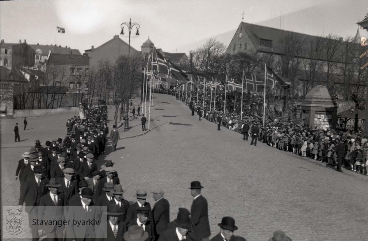 Fra 1. mai eller 17. mai (sannsynligvis førstnevnte).Publikum langs Kongsgård. Domkirka i bakgrunnen.