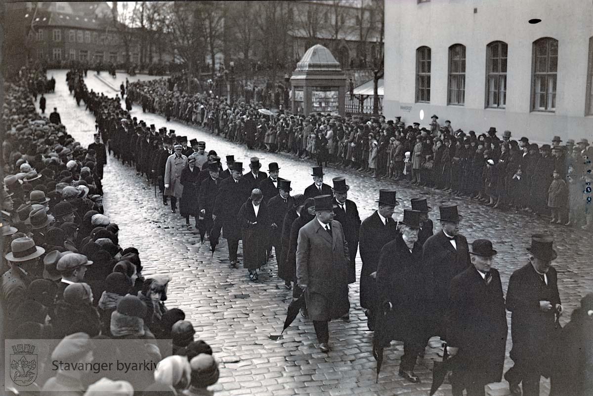 Gravfølget opp langs Haakon VIIs gate, forbi posthuset. Tilskuere står gatelangs. ...Lars Oftedal gravlegges.