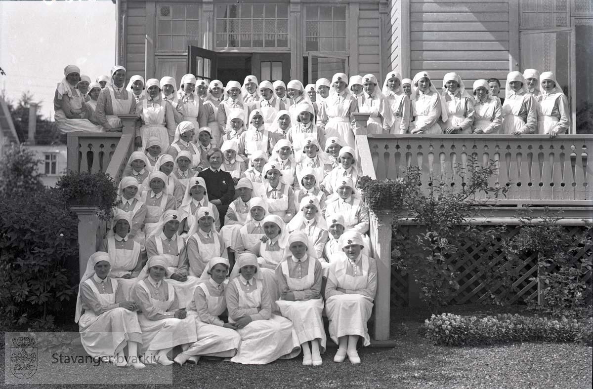 Sykepleiere på trappen utenfor Sanitetshjemmet.