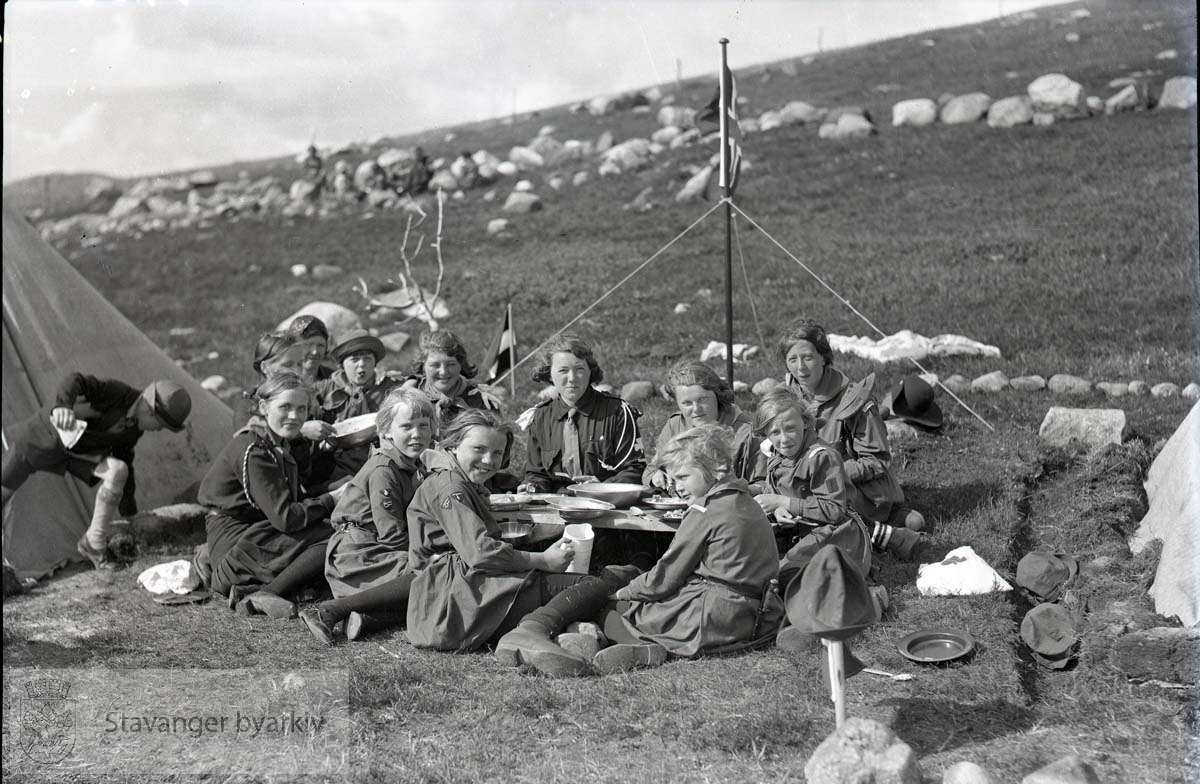.Blåspeidere i Fjermestad. .En gruppe speidere utenfor teltene sine.
