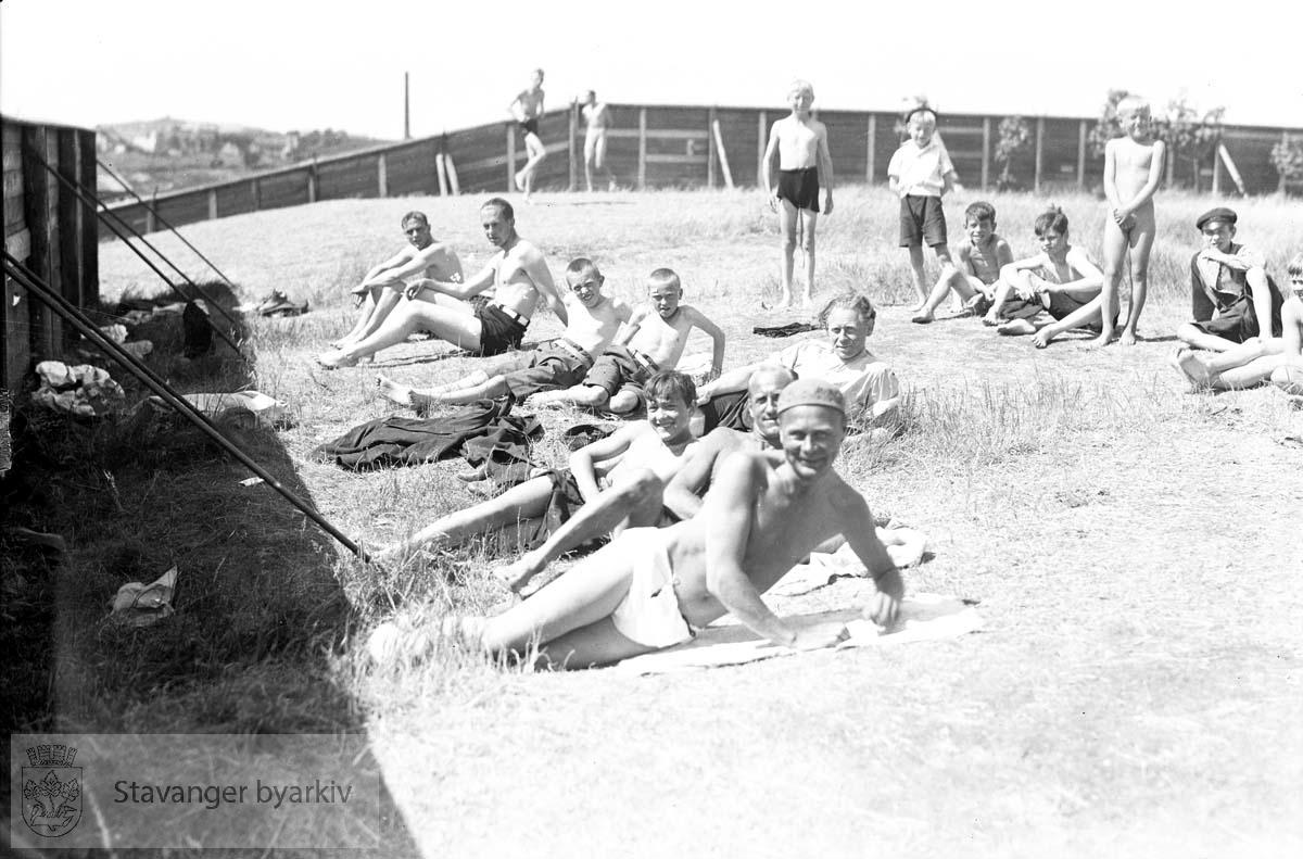 Badebilde.Folk i gresset.Ved Strømvik bad ? .Strømvig bad / Strømvik bad