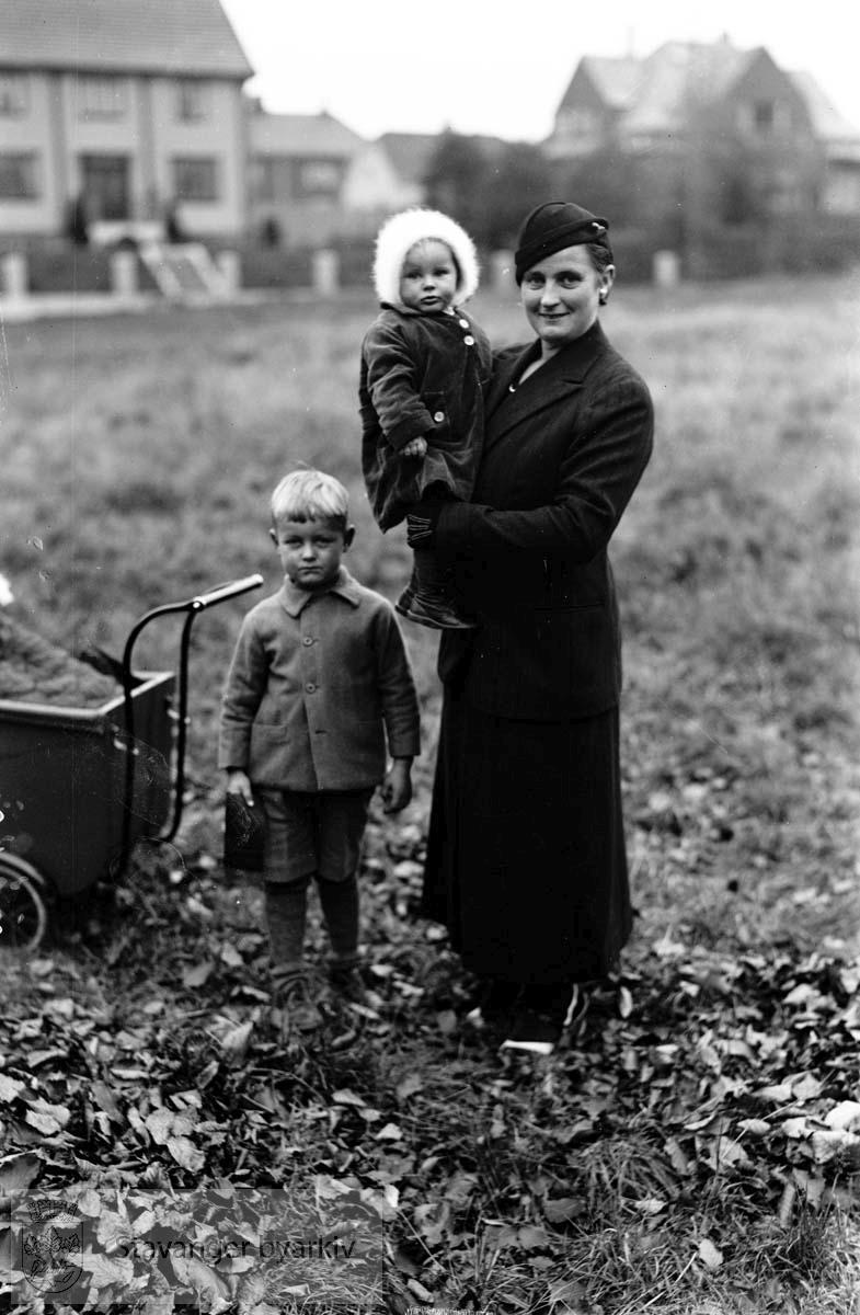 Steen Rydberg, barnebilde.Mor, bror og søster.Barnevogn..St. Svithuns gate i bakgrunnen? (Rydberg hadde adresse der)