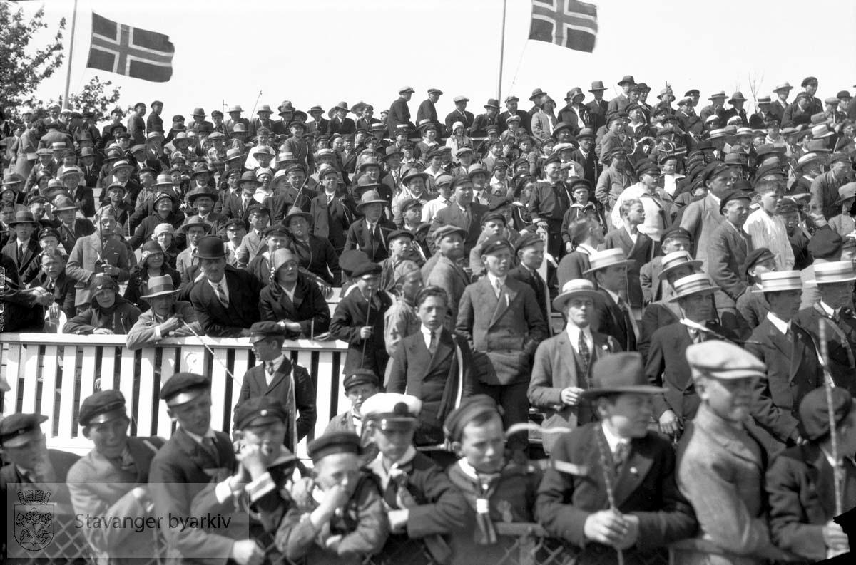 17. mai.Tilskuere, Stavanger stadion .Det flagges på halv stang grunnet Fridtjof Nansens død.
