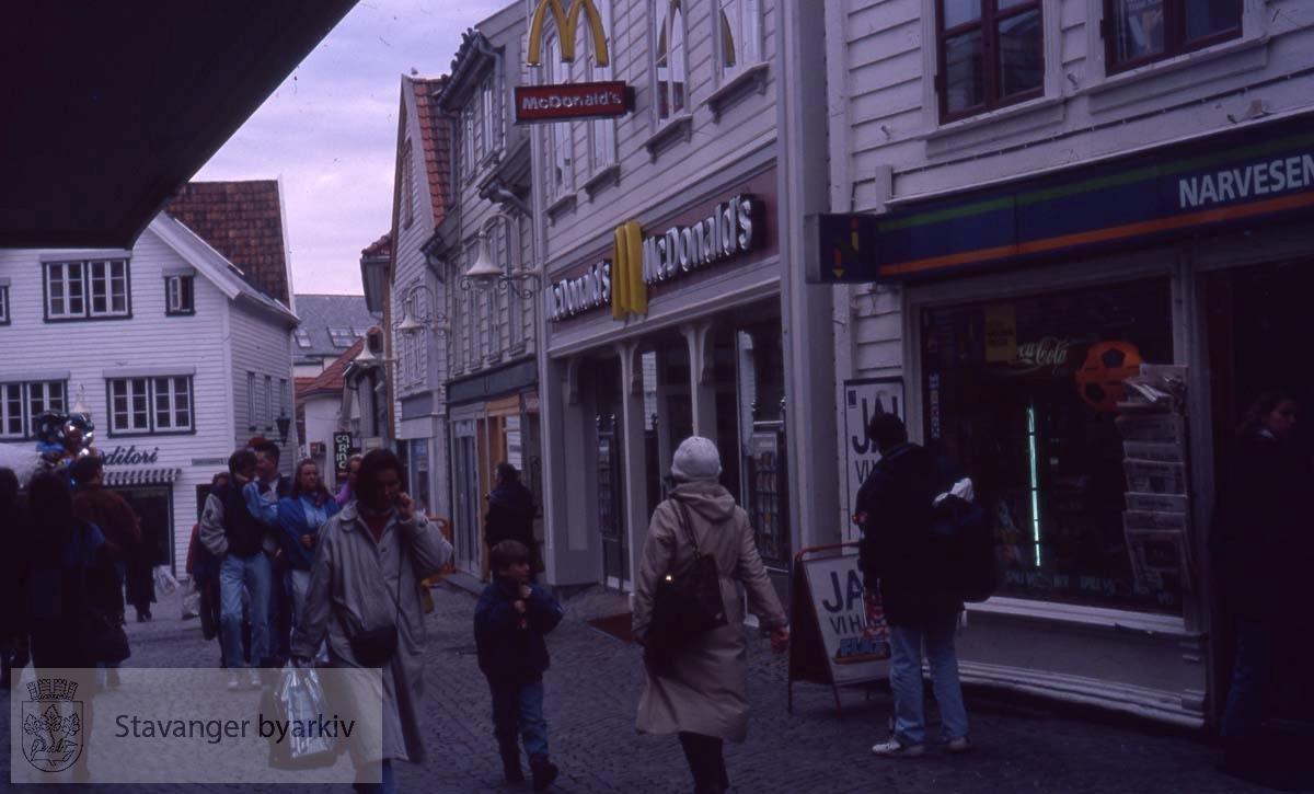 McDonalds og Narvesen til høyre.