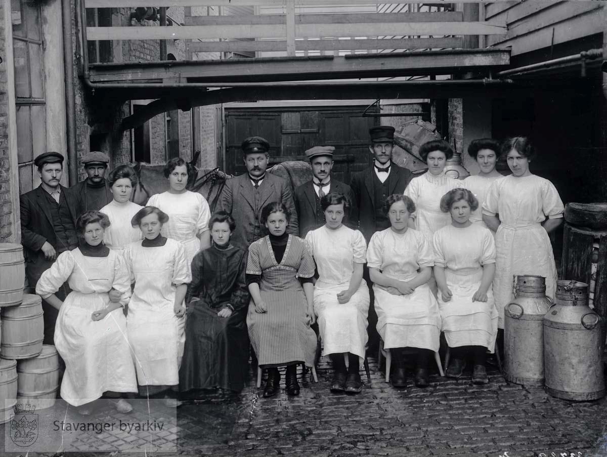 Arbeidere ved smørfabrikk