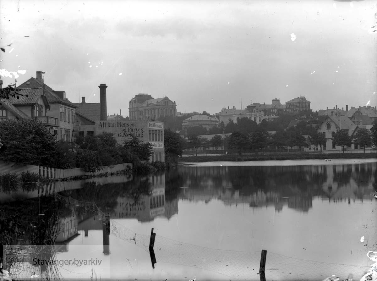 Til venstre: Kongsgata 41, 43 og 45. Sistnevnte er G. Nestings Farveri (etbl. 1910; før det huset bygningen et baeri). I bakgrunnen, Skjævelandstykket med museet, teatret, turnhallen og sykehuset. Til høyre, jernbanestasjonen.