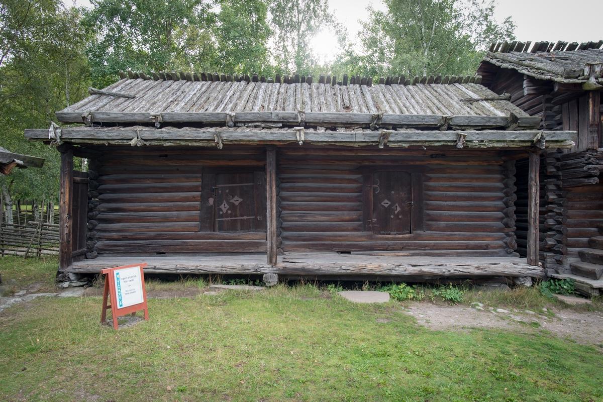 """Hedninghuset på Moragården är en timrad envånig bod med svale med golv och tak placerad på gårdssidan. Boden har två rum som saknar förbindelse sinsemellan. Byggnaden har sadeltak samt ett separat tak över svalen. Tätskikten på taken är av näver som hålls på plats av halvklovor. Namnet """"Hedninghuset"""" hade byggnaden redan på ursprunglig plats.   Hedninghuset har dendrodaterats, proven visar att timret till byggnaden fälldes vintern 1323-1324. Det är således Skansens äldsta byggnad. Hedninghuset kommer från gården Erkasjärs i Idbäcks by i Malungs socken och flyttades till Skansen 1926."""