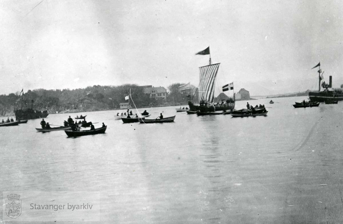 """Vikingskipet """"Viking"""" i Byfjorden før overfarten til USA. Sølyst i bakgrunnen."""