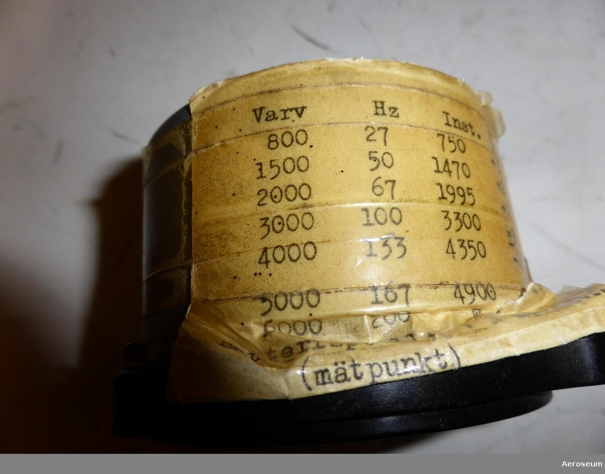 """En Bränslemätare med svart bakgrund och runtom displayen och metallfärgad på sidorna och i botten.  I displayen står det: """"LME"""", och """"VRF 2606"""".  I botten står det: """"10 VOLT""""."""