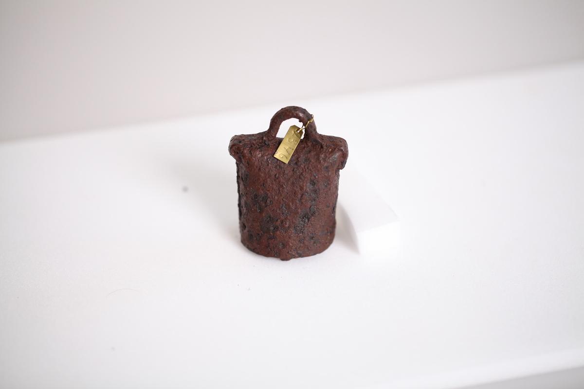 Ei bjelle av jern som er smidd sammen, som type Rygh 592 (yngre jernalder).