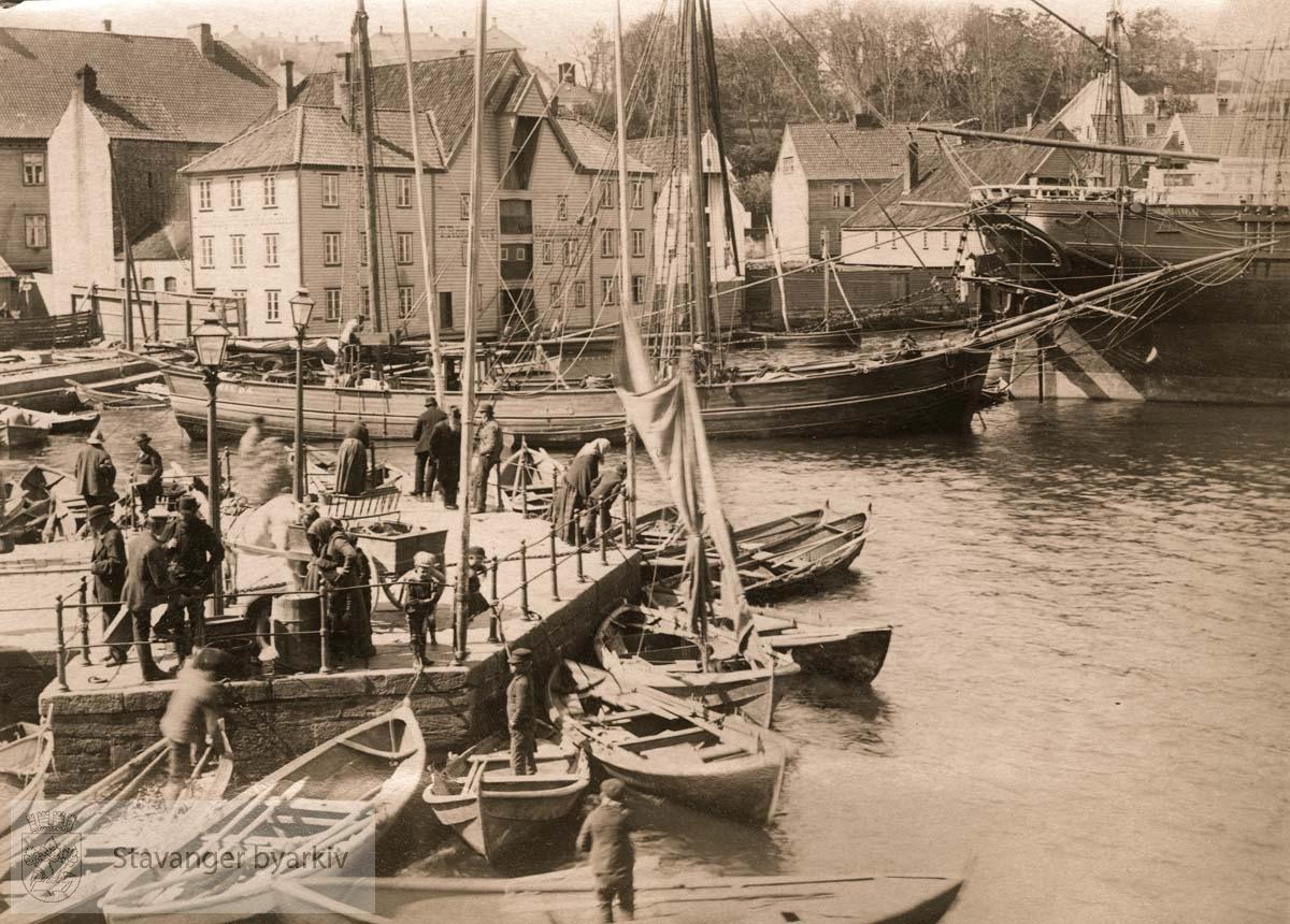 I bakgrunnen Rosenkildehuset og T. Rønnebergs Hermetikkfabrikk. Båtene er kutteren Hilda og fregatten Samhold. .....Seilbåt.Seilskute.Seilskip