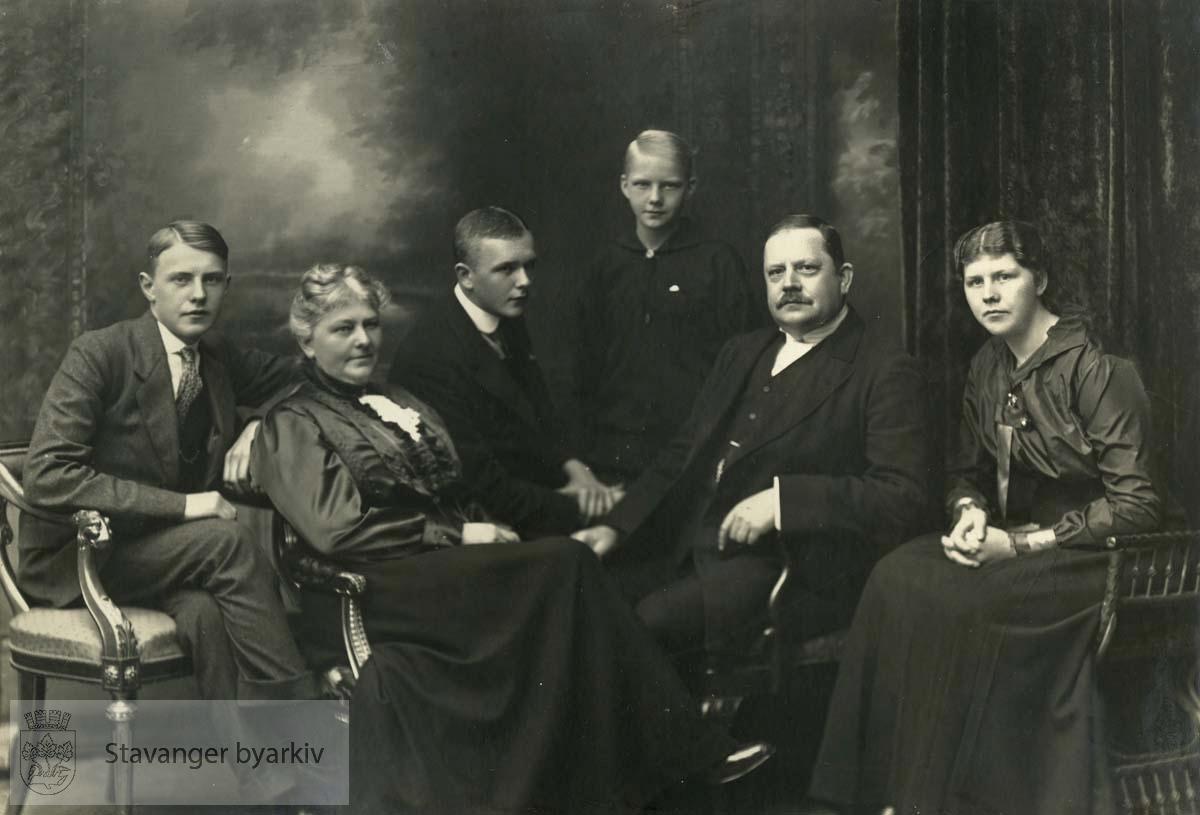 Fra venstre: Sverre, Martha, Haakon, Ellen, Georg T., Signe
