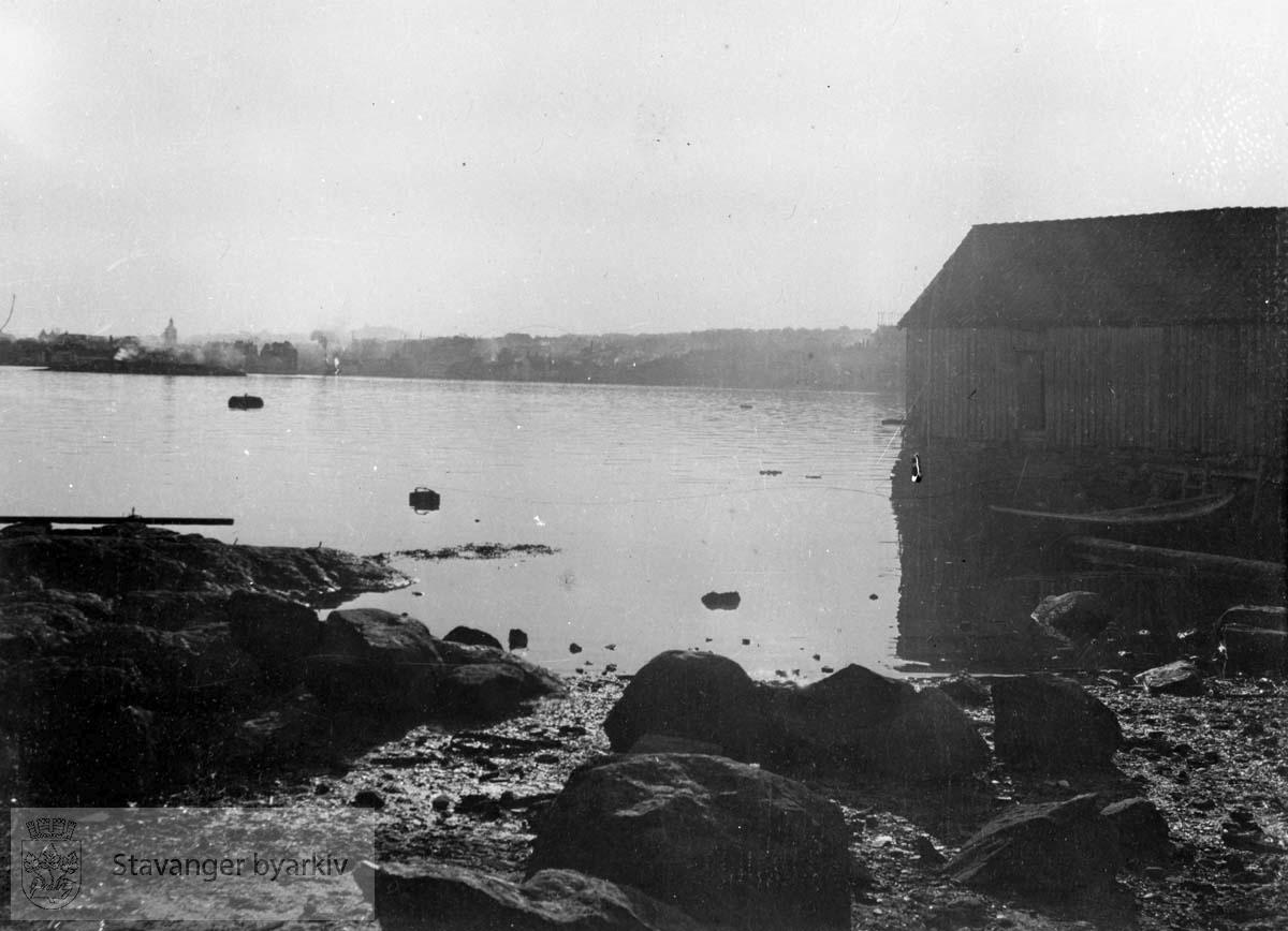 Sjøhus til høyre. I bakgrunnen til venstre skimtes Valbergtårnet.